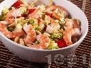 Рецепта Зелена салата с айсберг, бланширани скариди, домати и кедрови ядки